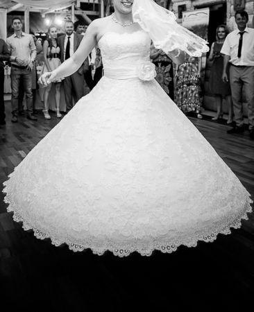 Cena : 2000 PLN. Rozmiar : 38. Suknia ślubna  Anele Z Pasem Firmy Annais. Opis :Suknia ślubnna z kolekcji
