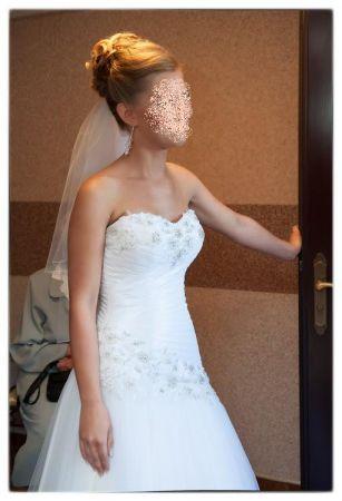 Cena : 1000 PLN. Rozmiar : 34, 36. Suknia ślubna  PIEKNA Firmy NA MIARE. Opis :Wzrost155-165 Wiązana na tasiemkę, wszyte kwiaty z dodatkiem srebrnej nitki i srebrnych elementów. Bez ramiączek; dopinane na zatrzaski ramiączko za szyje, +bolerko z tymi samymi zdobieniami +welon z kryształkami swarovskiego