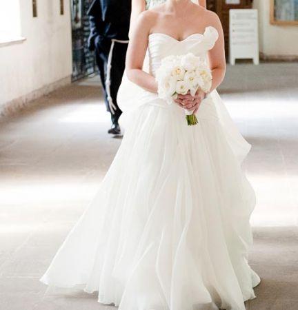 Cena : 3000 PLN. Rozmiar : 36. Suknia ślubna  Alessia Firmy Rosa Clara. Opis :Oryginalna suknia w całości z jedwabnej organzy w kolorze śmietankowym. Ma podwójnie zapinany, bardzo wygodny gorset oraz piękny, podpinanym tren(wykończenia z kryształków Svarowskiego). Rozmiar 36, dł.ok. 170cm. Suknia jest w idealnym stanie.