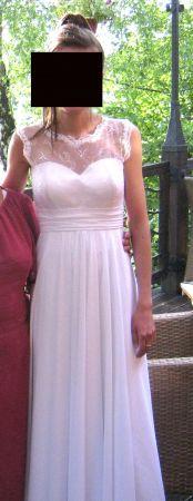 Cena : 1200 PLN. Rozmiar : 36. Suknia ślubna   Firmy Szyta Na Miarę. Opis :biała, lekka, zwiewna suknia wykonana z muślinu. Góra koronkowa, lekko schodząca na ramiona. Do sukni muślinowy szal, również w kolorze białym. Suknia w idealnym stanie.