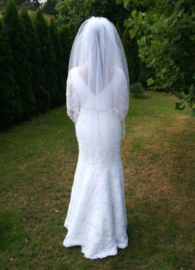 Cena : 1800 PLN. Rozmiar : 36. Suknia ślubna  Suknia Rybka Syrenka Firmy Agnes. Opis :BIAŁA, KORONKOWA SUKNIA W STYLU RYBKI. DOPASOWUJE SIĘ DO CIAŁA PODKREŚLAJĄC PRZY TYM KOBIECE KSZTAŁTY ;) ZAPINANA NA NIEWIDOCZNY ZAMEK I DROBNE GUZIKI. OZDOBNIE WYKOŃCZONY DÓŁ I ŚWIECĄCE KRYSZTAŁKI PRZY RĘKAWACH. POLECAM