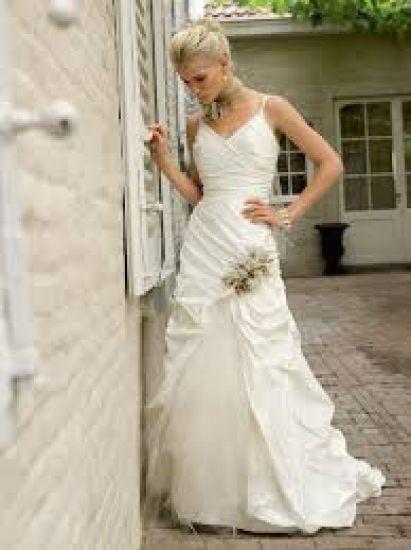 Cena : 1500 PLN. Rozmiar : 36. Suknia ślubna  Suknia ślubna Firmy Linea Raffaelli. Opis :Piękna suknia w kolorze ecru z wstawkami złotymi w formie kwiatu. W gratisie szal z takim samym kwiatem.