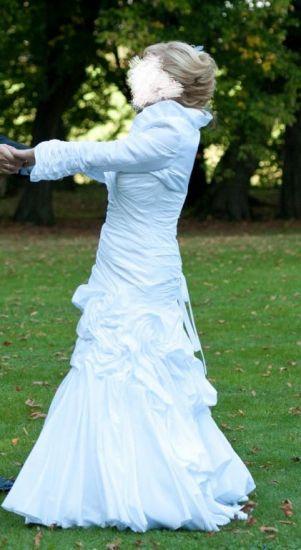 Cena : 600 PLN. Rozmiar : 36,38,40. Suknia ślubna  Debut Firmy . Opis :Suknia ślubna z kolekcji Ellis Bridals, model Debut, prosto z Londynu. Całość wykonana z śnieżnobiałej tafty z motywem kwiatu w połowie sukni. Do sukni dorzucam gratis idealnie pasujące bolerko (widoczne na zdjęciach).
