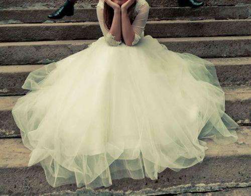 Cena : 1000 PLN. Rozmiar : 36,38. Suknia ślubna   Firmy . Opis :Suknia ślubna princessa w kolorze ecru. B.wygodna, nie krępuje ruchów, gorset haftowany ładnie uwydatnia biust, talię podkreśla pas z kryształków. Dół sukni pięknie się układa. Haftowane bolerko oraz pokrowiec na suknie dołączam gratis.