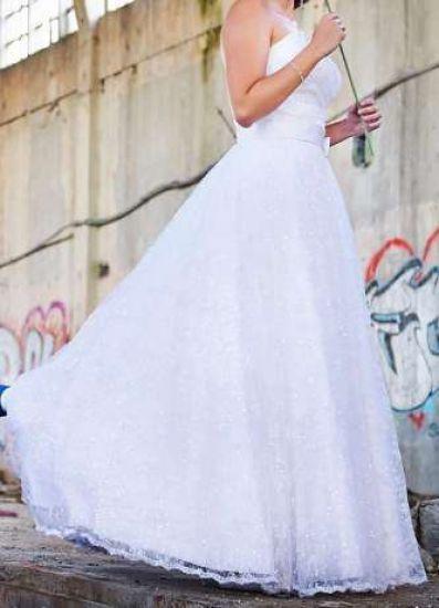 Cena : 1500 PLN. Rozmiar : 38. Suknia ślubna   Firmy . Opis :Witam serdecznie, - cała sukienka pokryta delikatną, ślicznie wykończoną koronką oraz przeźroczystymi cekinami, - sukienka przepasana jest białą atłasową, płaską kokardką, Serdecznie zapraszam