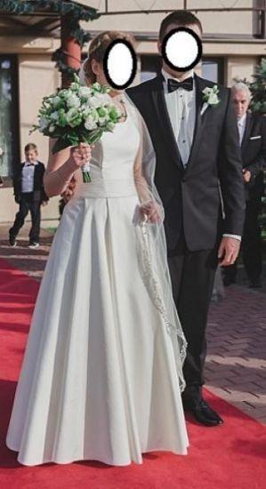 Cena : 1040 PLN. Rozmiar : 36,38. Suknia ślubna   Firmy . Opis :Suknia ślubną w kolorze ecru, w stanie idealnym. Szyta w salonie na ulicy Długiej w Krakowie. Suknia wykonana jest z materiału Mikado. Krój prosty, elegancki, na plecach szykowna koronka.