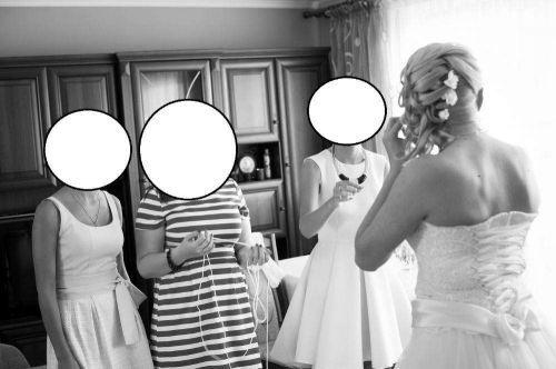 Cena : 1500 PLN. Rozmiar : 36/38/40. Suknia ślubna  AVITA Kraków Firmy . Opis :Sprzedam piękną suknię ślubną zakupioną w salonie EVITA w Krakowie. Sukienka była kupowana na wzrost 165 plus 11 cm obcas ( ale pasuje też do 7 cm, na takie obuwie zmieniła później). Stan bardzo dobry. Po praniu chemicznym. CENA do NEGOCJACJI