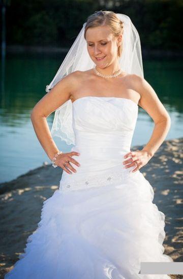 Cena : 1000 PLN. Rozmiar : 38,40. Suknia ślubna   Firmy . Opis :Suknia w stylu hiszpańskim w salonie kosztowała 2700zł. Kolor biały. Sznurowany gorset z regulacją umożliwiając dopasowanie do sylwetki. Suknia po czyszczeniu. Halka na kole w komplecie.