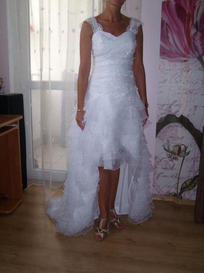 Cena : 1100 PLN. Rozmiar : 38,40. Suknia ślubna   Firmy . Opis :Śnieżnobiała, dwuczęściowa suknia Ślubna. Bardzo elegancka , wygodna, bez rękawów z koronkowymi ramiączkami ,pięknie wykrojona ,koronki ,wycięcia , aplikacje. Suknia założona tylko raz w dniu ślubu, wyczyszczona chemiczne.