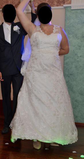 Cena : 700 PLN. Rozmiar : 44,46. Suknia ślubna   Firmy . Opis :Suknia ślubna rozmiar 44-46.Typ sukni: A. Bardzo łatwo ją zmniejszyć. Suknia jest wykonana z koronki, satyny,