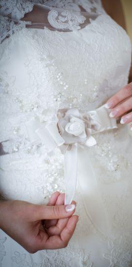 Cena : 1000 PLN. Rozmiar : 36,38. Suknia ślubna  Estella Firmy Wings Bridal. Opis :Suknia ślubna Wings Bridal z kolekcji Passion 2014, model Estella. Kolor ecri z trenem, bogato zdobiona koronką. W pasie efektowny kwiat i połyskujące kryształki.