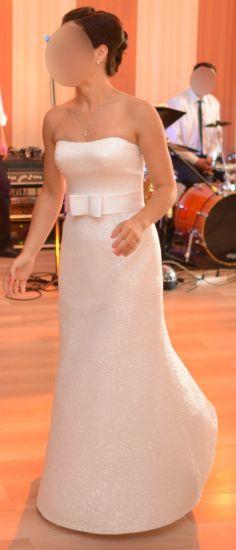 Cena : 1000 PLN. Rozmiar : 34,36,38. Suknia ślubna   Firmy . Opis :Sukienka jest nietypowa, ponieważ ma dwie odsłony:pierwsza z bolerkiem z muślinu z dodatkiem tkaniny z sukni, druga - po ściągnięciu bolerka zakładana jest dopinana kokarda.Do sukni jest halka,