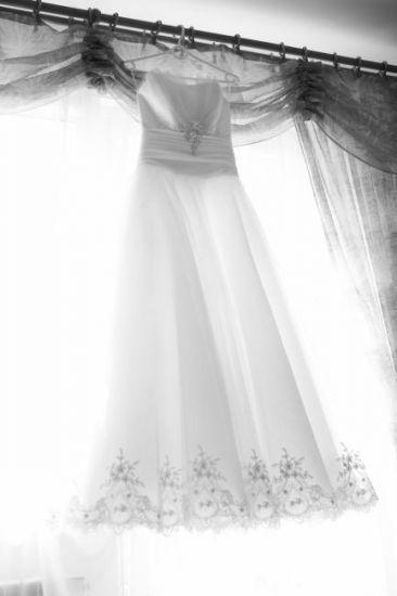 Cena : 500 PLN. Rozmiar : 38,40. Suknia ślubna  Eldorado Firmy Sposa. Opis :Piękną i romantyczną suknia ślubna w stylu księżniczki. Cała ze śnieżnobiałego mieniącego się tiulu. Talię podkreśla jedwabna szeroka wstążka a blasku dodaje jej duża oryginalnie zdobiona kryształami Swarovskiego broszka. Dół sukni upiększony jest koronką natomiast tył sukni jest sznurowany, zdobiony dopinaną ozdobą. Szyta na wzrost 163 cm + 6 cm obcas rozmiar 38/40