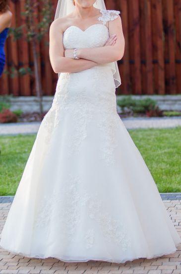 Cena : 750 PLN. Rozmiar : 36,38. Suknia ślubna   Firmy Afrodyta. Opis :Suknia ecru. Odczepiane ramiączko z jednej strony. Suknia z firmowego salonu Afrodyta. Na żywo wygląda jeszcze lepiej! Można ją przymierzyć w komisie Catherine.