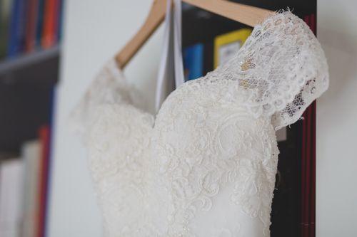 Cena : 1850 PLN. Rozmiar : 36-38. Suknia ślubna  Kaitlyn Firmy Nabla. Opis :Piękna suknia ślubna (model 2016) w stanie nienaruszonym. Orginalnie zabudowane plecy w tym modelu, zostały zmienione w salonie na moją prośbę, dzięki czemu suknia nabrała lekkości.