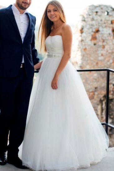 Cena : 800 PLN. Rozmiar : 36,38. Suknia ślubna  B1518 Suknia Sl Firmy AnnAngelex. Opis :Sukienka w rozmiarze powiększonego 38, szyta na wymiary 86(74 pod biustem)-72-94, na wzrost 167 cm+obcas 8 cm. Kolor ivory, suknia tiulowa w kształcie litery A, z tyłu zmienione wiązanie na zamek, prosta, jedyne zdobienie to pas z mlecznych kamieni Gratis opaska z takich samych kamieni.