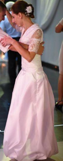 Cena : 900 PLN. Rozmiar : 36. Suknia ślubna  Suknia ślubna Firmy . Opis :Mam do sprzedania suknię ślubną o rozmiarze 36. Moj wzrost 167cm+ ok 7 cm obcas. Suknia w krztałcie bombki, góra koronka.