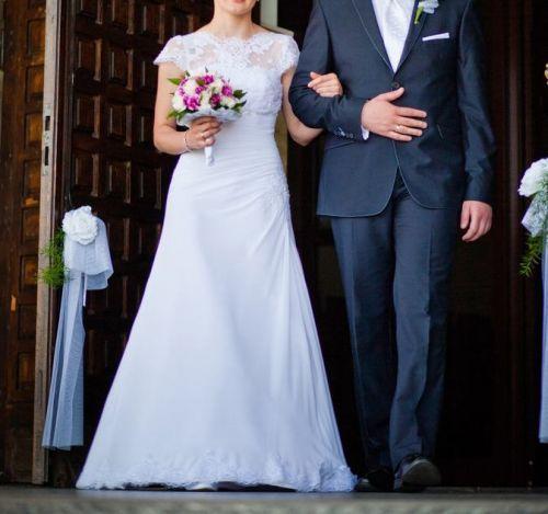 Cena : 900 PLN. Rozmiar : 34,36. Suknia ślubna  Piękna Suknia ślubna Firmy . Opis :Suknia w stanie idealnym, dodaję koronkowe bolerko widoczne na zdjęciach. Gorset sukni jest wiązany więc będzie dobra na osobę o większym rozmiarze. Góra sukni jest zdobiona koralikami, dół sukni zdobiony koronką