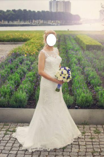 Cena : 1200 PLN. Rozmiar : 36,38. Suknia ślubna   Firmy Sincerity. Opis :Mam do sprzedania śliczną, suknię ślubną z kolekcji Sincerity Bridal. Suknia jest bardzo lekka, wygodna i pięknie się dopasowuje do sylwetki, idealna również na lato. Z tyłu zapinana na guziczki. Suknia w kolorze ivory.