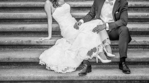 Cena : 1200 PLN. Rozmiar : 38,40. Suknia ślubna   Firmy . Opis :Suknia ślubna koronkowa, kolor ivory,śmietanka. Z tyłu zamek i podpinany na 3 razy piękny tren. Klasyczna koronka, delikatnie się mieni.