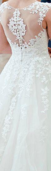 Cena : 1500 PLN. Rozmiar : 34,36. Suknia ślubna  Aspacja 1433 Firmy Madonna. Opis :Suknia w kolorze śmietanowej bieli obszyta piękną, elegancką koronką, mieniącą się lekko. Dół również z koronki. Plecy mają piękny wzór i jednocześnie robią wrażenie odkrytych. Tył zapinany na ukryty zamek i guziczki. Posiada piękny podpinany tren.
