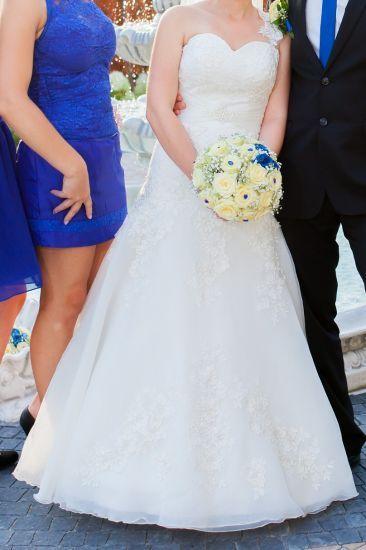 Cena : 600 PLN. Rozmiar : 36,38. Suknia ślubna   Firmy Afrodyta. Opis :Suknia ecru. Odczepiane ramiączko z jednej strony. Suknia z firmowego salonu Afrodyta. Na żywo wygląda jeszcze lepiej!