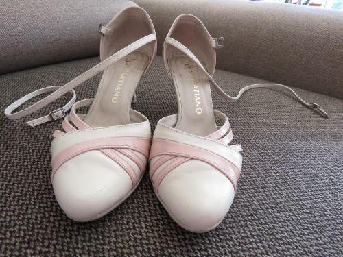 Cena : 170 PLN. Rozmiar : 38. Suknia ślubna  Buty ślubne Taneczne Firmy Sensatiano. Opis :Taneczne buty ślubne, robione przez firmę Sensatiano z Mogilan. Bardzo wygodne!Z nóg ściągnęłam nad ranem,po weselu. Można zmienić rodzaj zapięcia.