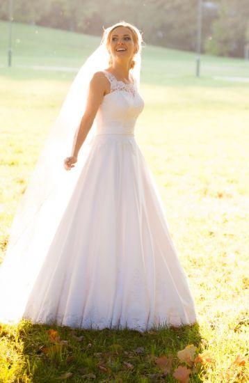 Cena : 900 PLN. Rozmiar : 36,38. Suknia ślubna   Firmy . Opis :Suknia szyta wg indywidualnego projektu, dół sukni z pełnego koła - pięknie układa się w tańcu. Stan idealny. Do sukni gratis dwa welony (długi i krótki), koronkowe rękawiczki oraz satynowe bolerko.