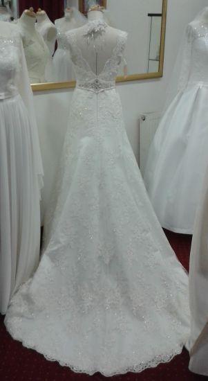 Cena : 900 PLN. Rozmiar : 34-36. Suknia ślubna  Maxima Firmy . Opis :Wspaniała suknia w stylu elfickiej księżniczki - szyta na moje życzenie - nie ma takiej drugiej. Kolor ecru, wzrost 168 cm plus 5 cm obcas. Posiada cudowny tren.