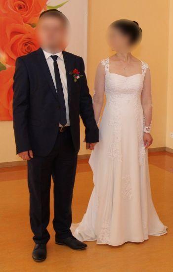 Cena : 1300 PLN. Rozmiar : 36,38. Suknia ślubna   Firmy CATHERINE. Opis :Suknia ślubna biała muślinowa z aplikacjami z gipiury firmy Catherine z pokrowcem.