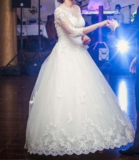 Cena : 1200 PLN. Rozmiar : 36/38. Suknia ślubna  Sukienka ślubna Firmy . Opis :Sprzedam sukienkę ślubną w stanie bardzo dobrym. Szyta na wzrost 173 + 5 cm buty. Rozmiar 36/38.Posiada długi tren który się podpina, wszyty jest także biustonosz usztywniający. Dodatkowo w cenie dodaje welon cena: 1200 zł - do negocjacji