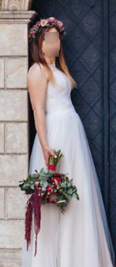 Cena : 800 PLN. Rozmiar : 36. Suknia ślubna   Firmy . Opis :Sprzedam suknie slubna zakupiona w 04.2017 w salonie Fulara & Żywczyk w Krakowie. Kolor: szampan, jednoczesciowa , Wzrost: 161 cm + 10cm obcas Isnieje możliwość dojazdu do klienta w celu przymiarki.