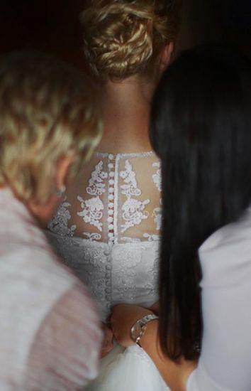 Cena : 1500 PLN. Rozmiar : 38,40. Suknia ślubna   Firmy . Opis :Przepiękną suknia ślubna w kolorze ECRU, z przedłużanym tyłem (tren) podwieszanym na 3 guziczki. Pięknie i bogato zdobiona - aplikacje i kryształki. Zapinana z tyłu na guziczki.