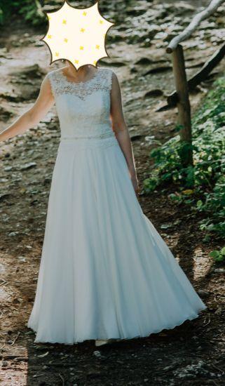 Cena : 1100 PLN. Rozmiar : 36. Suknia ślubna  Zwiewna Suknia Z Koronki I Muś Firmy Gracja. Opis :Piękna,zwiewna i wygodna suknia w kolorze śmietankowym.Uszyta na wzrost 163+6cm obcas.Góra z koronki,dół z muślinu na satynie,pięknie układa sie w tańcu.Halka z niewielkim kołem,które można wyciągnąć.Niezniszczona, po czyszczeniu.
