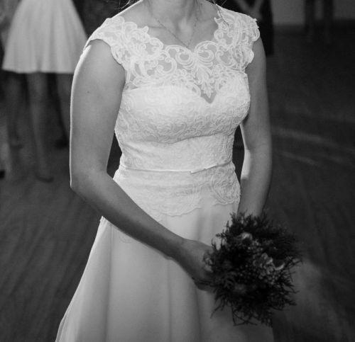 Cena : 1000 PLN. Rozmiar : 36,38. Suknia ślubna   Firmy CAROLINE. Opis :Prosta suknia ślubna koloru ecru z koronkową górą oraz odpinanym trenem. Dół sukienki jest luźno puszczony (bez koła). Długość dostosowana dla osoby posiadającej 169 cm wzrostu (na płaskim obcasie). Bardzo wygodna, nie ma potrzeby kupowania sukienki na zmianę - spokojnie można w niej tańczyć do końca wesela.