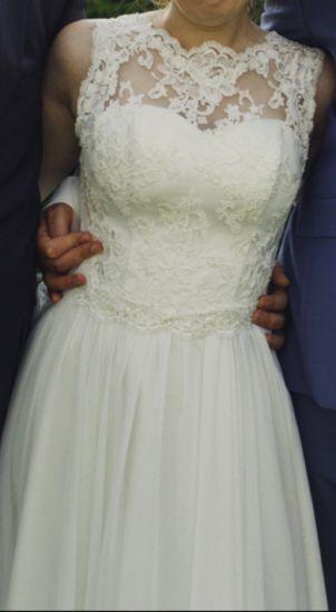 Cena : 1300 PLN. Rozmiar : 38. Suknia ślubna  Śliczna Suknia ślubna Firmy Evita. Opis :Kobieca suknia w kolorze ecru, uszyta z koronki i muślinu (165cm+8cm obcas). Na gorsecie naszyte delikatne cekiny. Prosty krój, w tańcu pięknie się rozszerza i wygląda zjawiskowo. Gorset ma wszyte miseczki push-up.