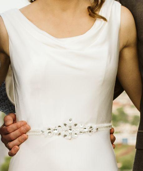 Cena : 700 PLN. Rozmiar : 36. Suknia ślubna  Suknia ślubnna Firmy Madonna. Opis :Suknia ślubna z salonu Madonna idealna dla szczupłej kobiety o rozmiarach 82 w biuście 70 w talii oraz 87 w biodrach.