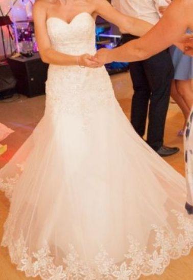 Cena : 2000 PLN. Rozmiar : 34,36,38. Suknia ślubna  Suknia ślubna SABE Model HARIS Firmy Sabe. Opis :Suknia w kolorze śmietankowym,w stylu litery A.Ręcznie ozdobiona koronkami oraz kryształkami,posiada delikatny tren wyszywany koronką.Bardzo wygodna oraz bardzo efektowna