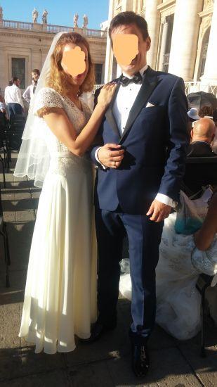 Cena : 500 PLN. Rozmiar : 36,38,40. Suknia ślubna   Firmy . Opis :Sukienka w kremowej bieli, w kształcie A, dół z delikatnego tiulu, gorset koronkowy- wyszywany cekinami z krótkim rękawkiem, w pasie kremowa kokardka.