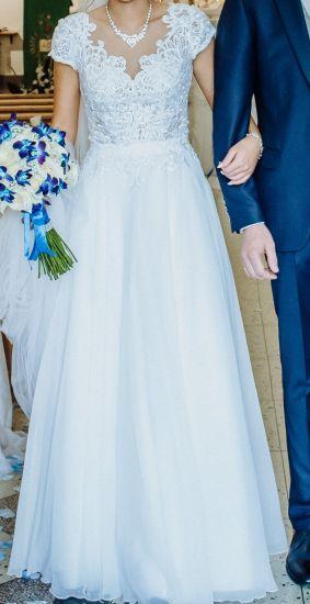 Cena : 970 PLN. Rozmiar : 38. Suknia ślubna  Suknia ślubna Rozmiar 38 Firmy . Opis :Zakupiona w salonie w lipcu 2019 roku, po czyszczeniu chemicznym, plecy wycięte w literkę V, rozmiar 38, na 173/174 cm wzrostu +7 cm obcas, suknia lekka, zwiewna, wygodna, dodatkowo 2 welony krótki i długi oraz biżuteria