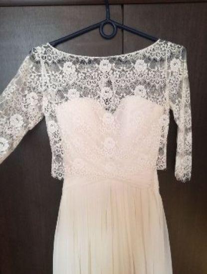 Cena : 900 PLN. Rozmiar : 36. Suknia ślubna   Firmy . Opis :Piękna suknia ślubna z kolekcji Fulara & Żywczyk, kolor ecru. Ma odpinany tren, wiązana na gorset i na to nakładane koronkowe bolerko,materiał muślinowy, pięknie układa się w tańcu. Uszyta na wzrost 170 + 8 cm obcas