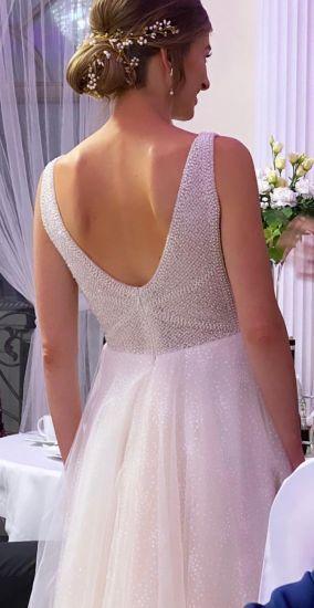 Cena : 2500 PLN. Rozmiar : 36/38. Suknia ślubna  Sprzedam Suknię ślubną Firmy Biała Suknia. Opis :Sprzedam wyjątkową suknię ślubną z tegorocznej kolekcji, szytą w Hiszpanii. Rozmiar 36/38, miseczka B, stan idealny. Proszę o kontakt mailowy (mogę podesłać więcej zdjęć i wymiary): a.sobol006@gmail.com